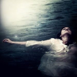 beauty-drowning-peace-still-thoughts-water-Favim.com-67483